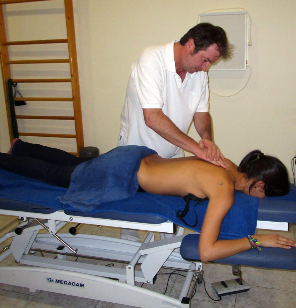 Fisioterapeuta Roland Schwegler trabajando