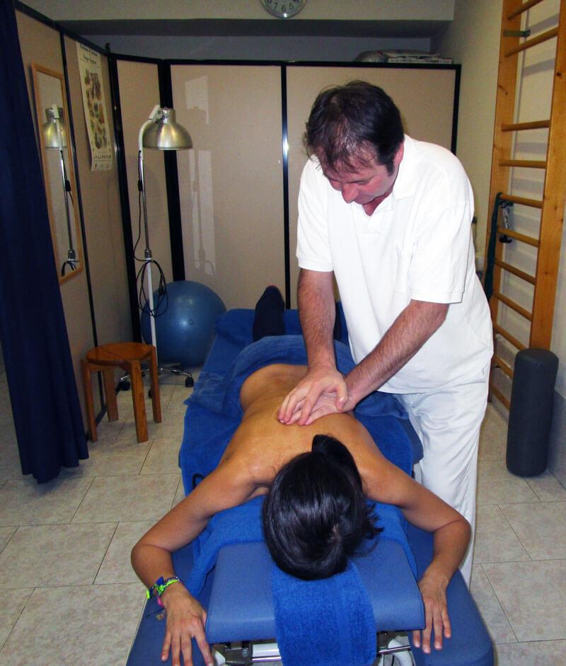 Fisioterapeuta Roland Schwegler en consulta
